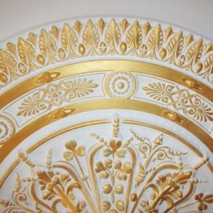 Декорирование лепнины роспись золочение и патинирование багетов и розеток на стенах и потолках